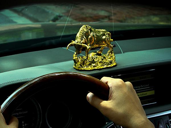 Linh vật để xe hơi cho tuổi Dậu may mắn, bình an